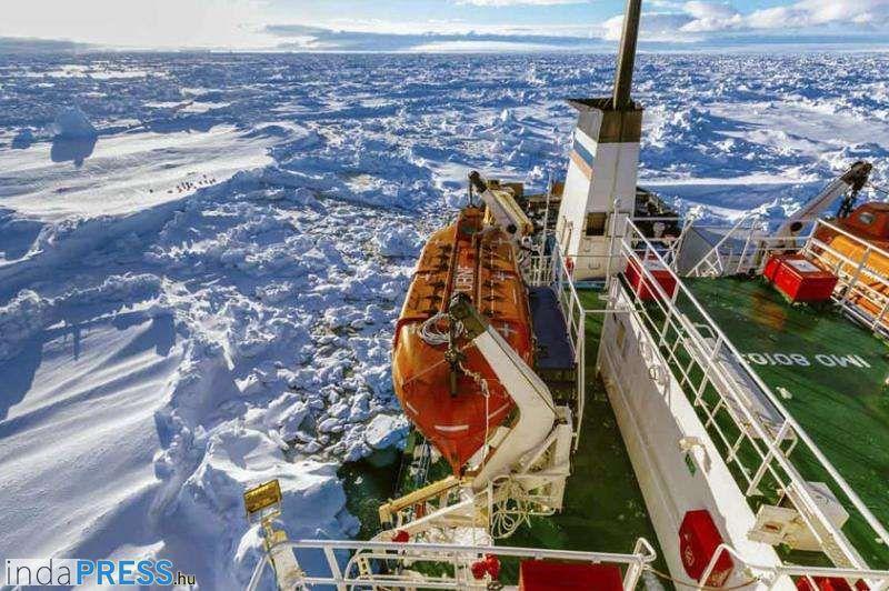 Jégtengerbe zártan várja a megmentését az orosz hajó
