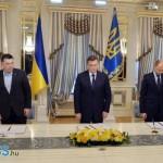 Janukovics (középen), az ellenzék vezetői és a lengyel külügyminiszter Radoslaw Sikorski (jobb szélen) az és Vitali Klitschko (bal oldalt) egyezmény aláírása közben.