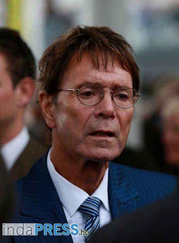 Molesztálás miatt kutatta át a rendőrség Sir Cliff Richard otthonát